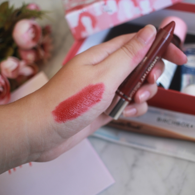Birchbox Octubre 2018 - Smoothy Crayon Gloss Pencil - Miss Cop (Swatches).jpg