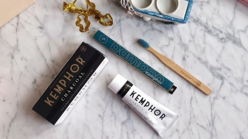 Cepillo de bambú y pasta de carbón activo de Kemphor - Beauty Christmas 2019